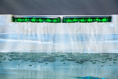 cascading high-pressure water jet in an therapeutic spa