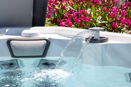 cascading high-pressure water jet in an individual therapeutic spa
