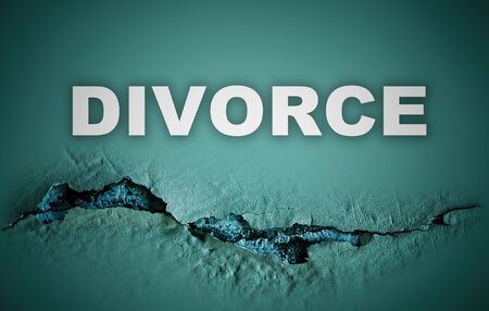 Divorce concept with a background representing a break on a green wall Stockfoto