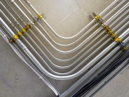 Tubería para cables eléctricos que se instalan en el techo mientras el edificio está en construcción