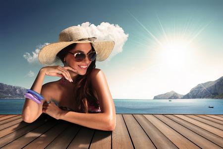 sonne: Mädchen mit sunglasse und Strohhut am Meer