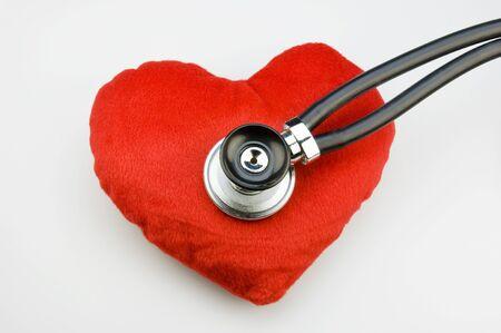 enfermedades del corazon: Coraz�n de tela roja con stehoscope  Foto de archivo
