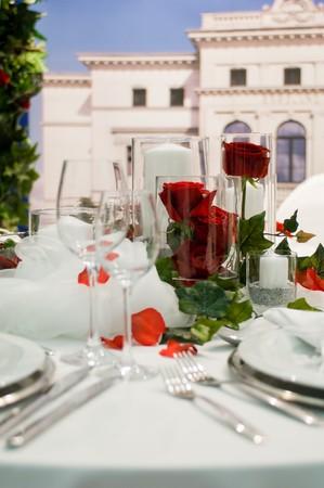 generoso: Banquete cubierto con decoraci�n de rosas rojas