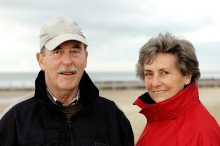 Senioren-Paar, Gl?cklich Und Verliebt, in Herbstlicher Kleidung. Brustportrait.