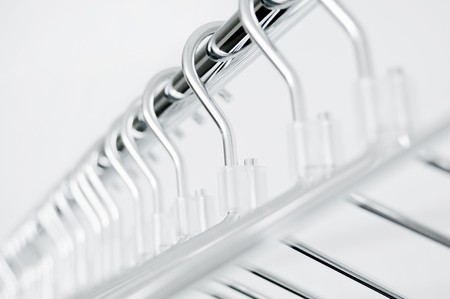 glanz: Leere Metallkleiderb�gel an einer Garderobenstange Stock Photo