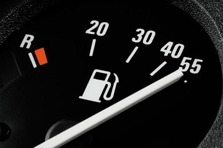 benzin: Kraftstoffanzeige in einem Auto auf Position vollgetankt. Erkennbar sind Literangaben, Reservemarke sowie das Piktogramm einer Tanksäule Stock Photo