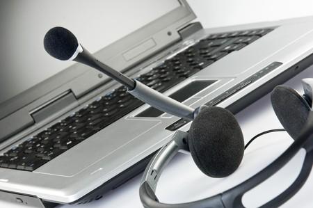Headset mit Laptop im Hintergrund