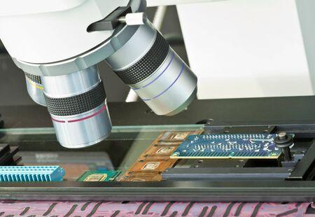 mit: Qualit�tspr�fung elektronischer Bauteile mit einem optischen Messmikroskop Stock Photo