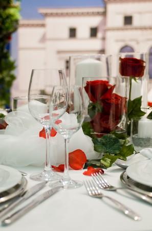 Gedeckte Festtafel mit RosendekorationCovered banquet with red roses decoration