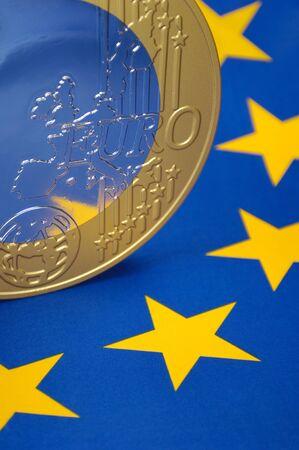 profiting: Moneta euro su una bandiera europea