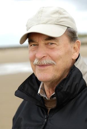 bigote: Feliz sonriente a hombre senior con gorra de b�isbol