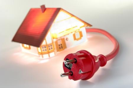 enchufe: Modelo de casa con tap�n rojo, cortocircuito Foto de archivo