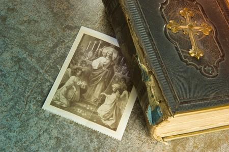 Antigua Biblia con foto de Santos
