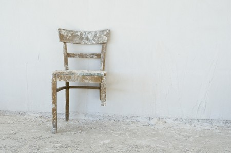 muro rotto: Vecchia sedia rotto in un cantiere edile