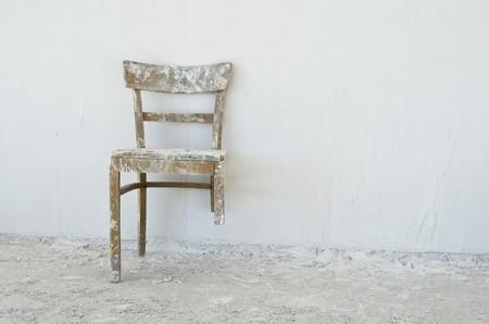 escabeau: Vieille chaise cass�e � un chantier de construction