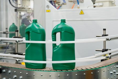 envases plasticos: Producci�n en masa de envases de pl�stico  Foto de archivo