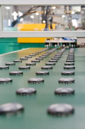 productividad: Producci�n en masa de las piezas de pl�stico  Foto de archivo