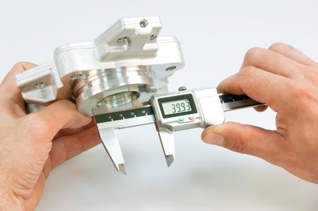 control de calidad: Manejo de una pinza de freno Foto de archivo