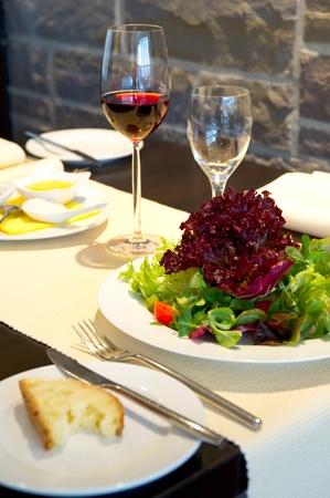 tavolo da pranzo: Tavolo da pranzo coperta con bicchieri di vino