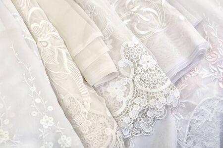 cortinas blancas: Un p�lido de cortinas blancas