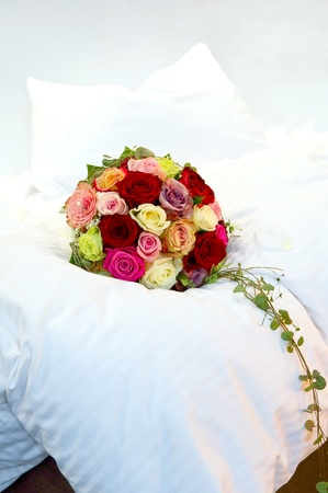 bruidsboeket: Bruids boeket op een bed Stockfoto