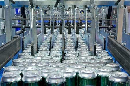 linea de produccion: Latas de llenado de bebidas Foto de archivo