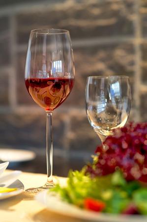 luxus: Gedeckter Esstisch mit Weingläsern Covered dining table with wine glasses