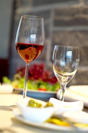 Gedeckter Esstisch mit WeingläsernCovered dining table with wine glasses