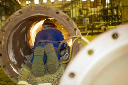 industrie: Schweißer in einem Rohr Welder in a tube  Stock Photo