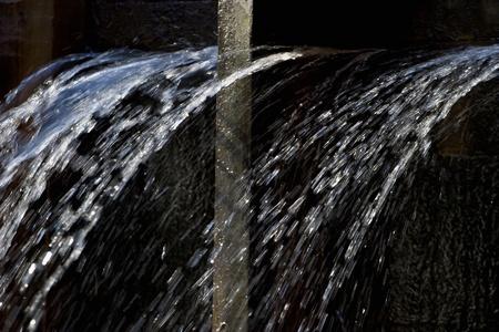 벽에 구멍에서 물이 분사 스톡 콘텐츠