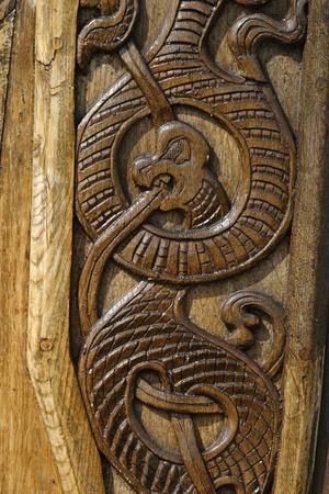 Wood carved dragon. Imagens