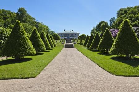 정원 경로를 따라 트리밍 된 나무 Mondal, 스웨덴의 GUNNEBO 성 정원