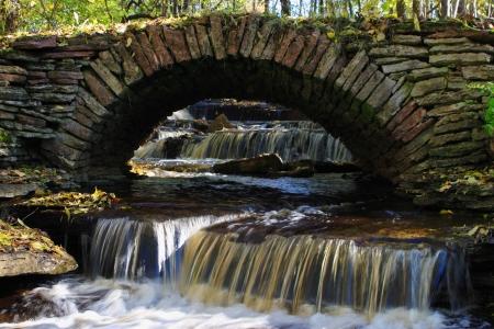 작은 강을 통해 오래 된 돌 다리