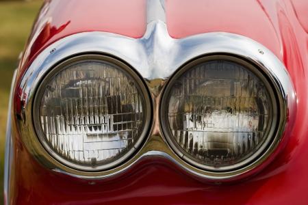빨간색 미국의 자동차에 헤드 라이트