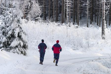 남자와 여자의 겨울 도로에서 실행 스톡 콘텐츠