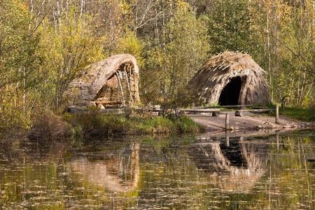 �ge de pierre: Stone Age hutte de roseaux au bord du lac Banque d'images