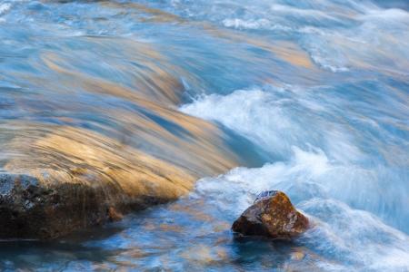 流れる川の石