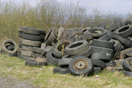 Old used car tires in the nature Archivio Fotografico