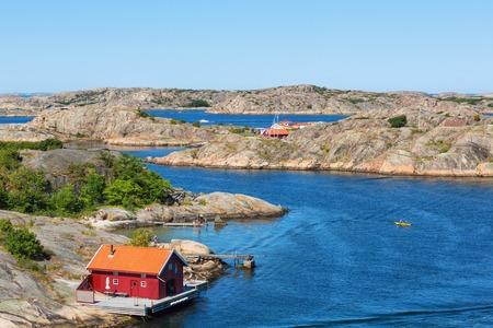 スウェーデンの西海岸を海に赤いコテージ