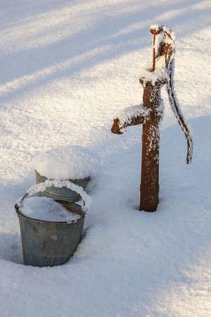 겨울에 정원에있는 물 펌프 스톡 콘텐츠