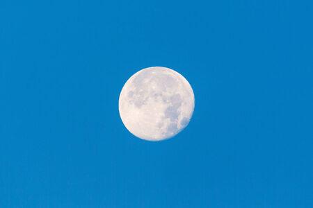 natural light: Luna Llena en el cielo azul