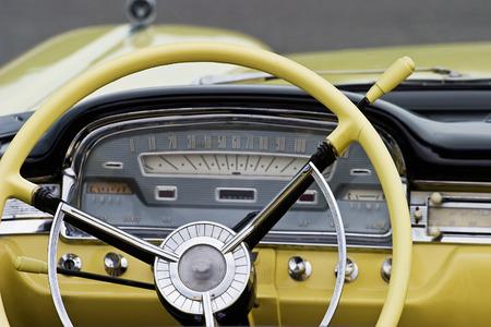 오래 된 미국 차에서 인테리어 스톡 콘텐츠