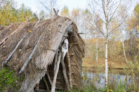 �ge de pierre: Stone Age hut of reeds