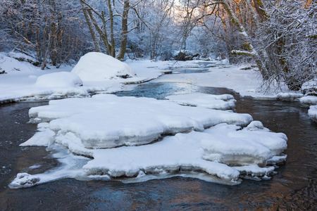 ice floes: Ice floes and snow in the river that flows through the winter woods