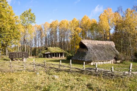 edad de piedra: casa comunal de edad, de la edad de piedra, la reconstrucci�n. Foto de archivo
