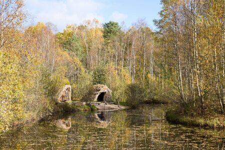 edad de piedra: Edad de Piedra choza de ca�as en el lago