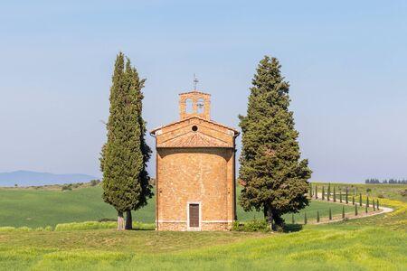 Vista a una capilla en el paisaje rural italiano