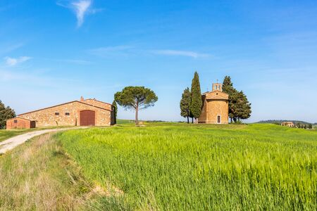 Granja italiana con una capilla