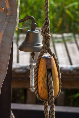 polea: Tackle and the ships bell on a ship