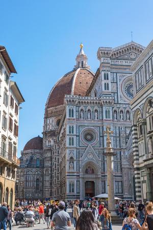 People on the Piazza del Duomo e Cattedrale di Santa Maria del Fiore in Florence Editorial